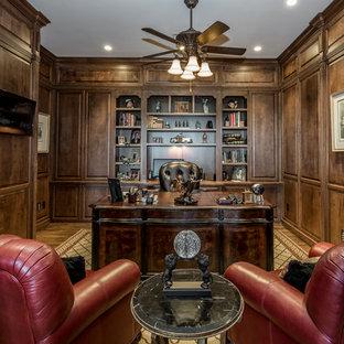 シャーロットの中くらいのトラディショナルスタイルのおしゃれなホームオフィス・書斎 (ライブラリー、茶色い壁、無垢フローリング、自立型机、茶色い床) の写真