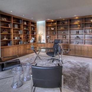 Modern inredning av ett stort arbetsrum, med beige väggar, kalkstensgolv och ett fristående skrivbord