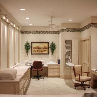 他の地域の巨大なラスティックスタイルのおしゃれなクラフトルーム (白い壁、リノリウムの床、造り付け机、グレーの床、暖炉なし) の写真