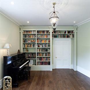 ロンドンの中サイズのヴィクトリアン調のおしゃれなアトリエ・スタジオ (緑の壁、濃色無垢フローリング) の写真