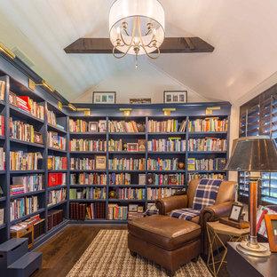 シカゴの中くらいのトランジショナルスタイルのおしゃれなホームオフィス・書斎 (ライブラリー、白い壁、濃色無垢フローリング、自立型机、茶色い床) の写真