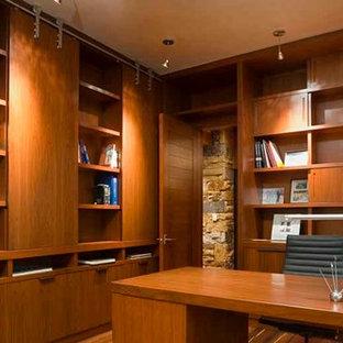 Ispirazione per un ufficio moderno con pavimento in legno massello medio, scrivania autoportante, pareti beige, camino ad angolo e cornice del camino in pietra