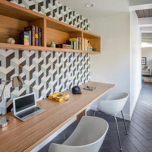 Inspiration för ett retro arbetsrum, med flerfärgade väggar, ett inbyggt skrivbord och brunt golv