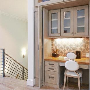 ローリーの小さいコンテンポラリースタイルのおしゃれな書斎 (造り付け机、ベージュの壁、淡色無垢フローリング、暖炉なし、ベージュの床) の写真