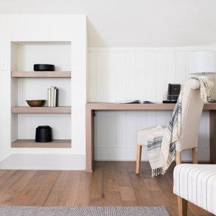 Идея дизайна: домашняя мастерская среднего размера в стиле современная классика с паркетным полом среднего тона, встроенным рабочим столом, коричневым полом и стенами из вагонки