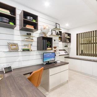 タウンズビルの大きいコンテンポラリースタイルのおしゃれな書斎 (セラミックタイルの床、造り付け机、ベージュの床、白い壁) の写真
