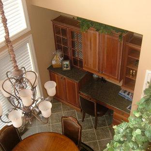 他の地域の小さいトラディショナルスタイルのおしゃれなホームオフィス・仕事部屋 (ベージュの壁、ラミネートの床、造り付け机) の写真