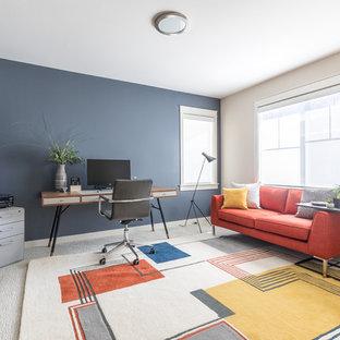 シアトルの中くらいのコンテンポラリースタイルのおしゃれな書斎 (ベージュの壁、カーペット敷き、暖炉なし、自立型机、ベージュの床) の写真
