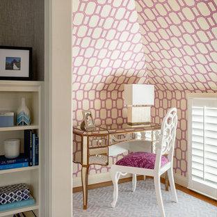 Foto di un piccolo ufficio chic con moquette, scrivania autoportante e pareti multicolore