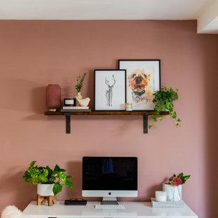 Exempel på ett stort skandinaviskt hemmastudio, med rosa väggar, ljust trägolv, en öppen hörnspis, ett fristående skrivbord och brunt golv