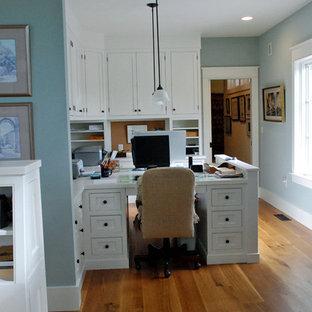 Foto på ett lantligt arbetsrum, med mellanmörkt trägolv