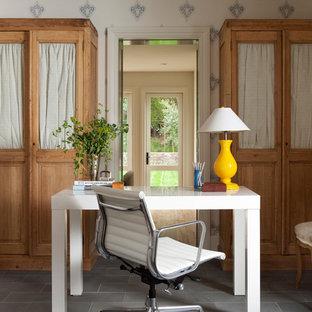 他の地域の小さいカントリー風おしゃれな書斎 (白い壁、スレートの床、自立型机) の写真