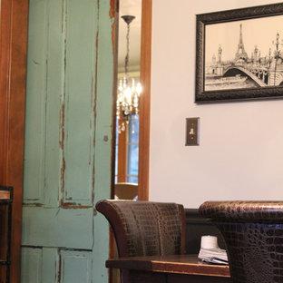 Esempio di un atelier country di medie dimensioni con pareti bianche, parquet scuro, camino classico, cornice del camino in legno, scrivania autoportante e pavimento marrone