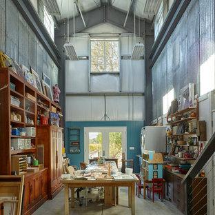 サンフランシスコのカントリー風おしゃれなアトリエ・スタジオ (青い壁、コンクリートの床、自立型机、グレーの床) の写真