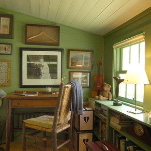 オースティンのカントリー風おしゃれなホームオフィス・書斎 (緑の壁、無垢フローリング、自立型机) の写真