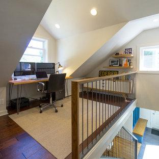 Idéer för att renovera ett litet funkis hemmabibliotek, med vita väggar, mellanmörkt trägolv och ett fristående skrivbord