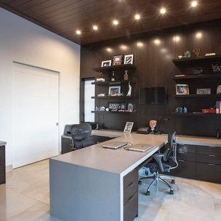 Inspiration pour un grand bureau traditionnel avec un mur blanc, un sol en carrelage de porcelaine et un bureau intégré.
