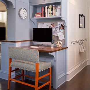 Immagine di un piccolo ufficio classico con pareti blu, parquet scuro, scrivania incassata, pavimento marrone e nessun camino