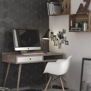 Bild på ett litet funkis hemmabibliotek, med vita väggar, klinkergolv i porslin och ett fristående skrivbord