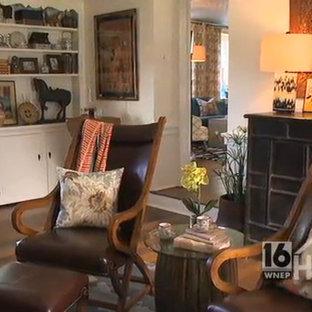 Asiatisches Lesezimmer mit weißer Wandfarbe, braunem Holzboden, Kamin, Kaminsims aus Stein und freistehendem Schreibtisch in Philadelphia