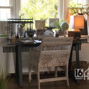 Asiatisches Lesezimmer mit weißer Wandfarbe, braunem Holzboden, Kamin, Kaminumrandung aus Stein und freistehendem Schreibtisch in Philadelphia