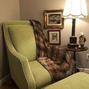 Idee per un piccolo studio tradizionale con libreria, pareti marroni, parquet chiaro, scrivania autoportante e pavimento marrone