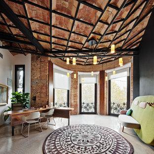 Réalisation d'un grand bureau urbain de type studio avec un mur blanc, un bureau indépendant, un sol en travertin et aucune cheminée.