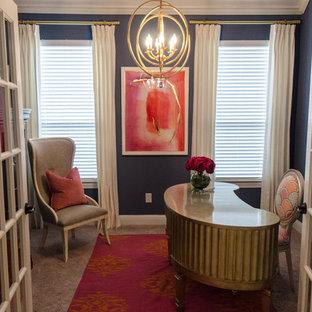 ダラスの小さいエクレクティックスタイルのおしゃれな書斎 (青い壁、カーペット敷き、自立型机、ベージュの床) の写真