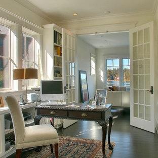 Пример оригинального дизайна: кабинет в викторианском стиле с белыми стенами, темным паркетным полом и отдельно стоящим рабочим столом