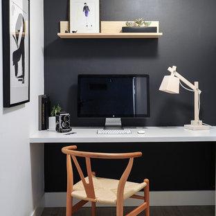 На фото: маленький кабинет в скандинавском стиле с белыми стенами и светлым паркетным полом с