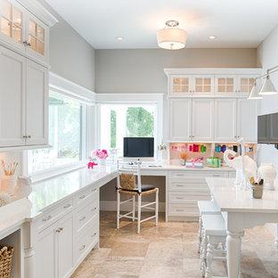 Foto di una stanza da lavoro classica con pareti grigie, nessun camino, scrivania incassata e pavimento beige