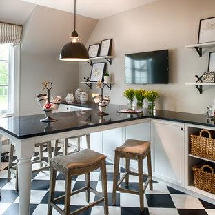 Ejemplo de sala de manualidades tradicional, de tamaño medio, con paredes grises, escritorio empotrado y suelo multicolor