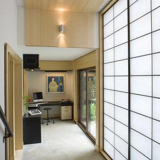 На фото: кабинет в восточном стиле с бетонным полом с