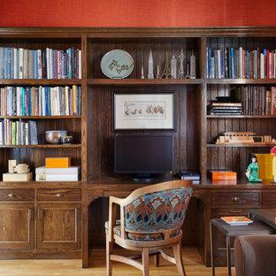 Rustikales Lesezimmer ohne Kamin mit roter Wandfarbe, hellem Holzboden und Einbau-Schreibtisch in Minneapolis