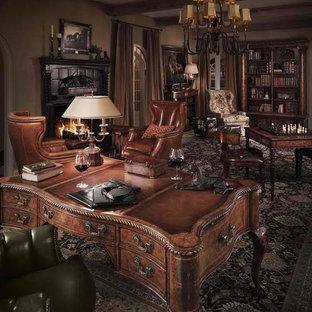 ダラスの中くらいのトラディショナルスタイルのおしゃれな書斎 (ベージュの壁、標準型暖炉、木材の暖炉まわり、自立型机、ベージュの床) の写真