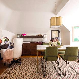 Idéer för att renovera ett mellanstort vintage arbetsrum, med rosa väggar, mellanmörkt trägolv, ett fristående skrivbord och brunt golv