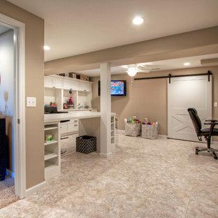 Идея дизайна: огромный кабинет в современном стиле с бежевыми стенами, полом из винила и фасадом камина из дерева