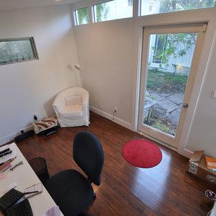 サンフランシスコの小さいモダンスタイルのおしゃれなホームオフィス・書斎 (白い壁、ラミネートの床、自立型机) の写真