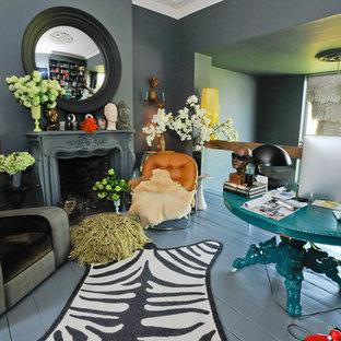 Idee per uno studio boho chic con pareti grigie, pavimento in legno verniciato, camino classico e scrivania autoportante