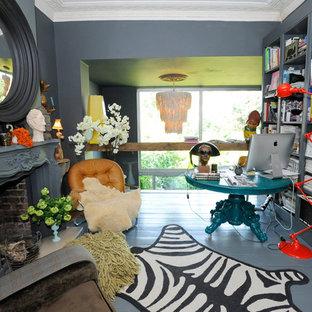 Ispirazione per uno studio bohémian con pareti grigie, pavimento in legno verniciato, camino classico, scrivania autoportante e pavimento grigio