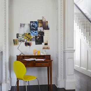 Foto de despacho contemporáneo, pequeño, con paredes blancas, suelo de madera oscura y escritorio independiente