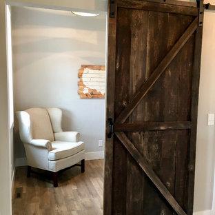 他の地域の小さいカントリー風おしゃれな書斎 (グレーの壁、クッションフロア、暖炉なし、自立型机、茶色い床) の写真
