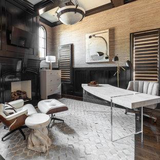 Пример оригинального дизайна: рабочее место в стиле современная классика с коричневыми стенами, темным паркетным полом, стандартным камином, отдельно стоящим рабочим столом, кессонным потолком и панелями на стенах