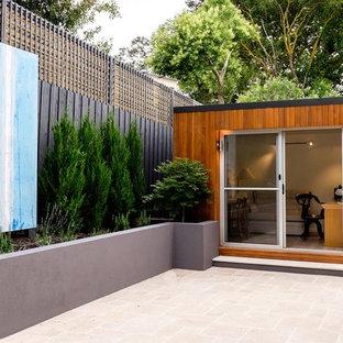 メルボルンの小さいコンテンポラリースタイルのおしゃれなアトリエ・スタジオ (白い壁、ラミネートの床、暖炉なし、自立型机、ベージュの床) の写真