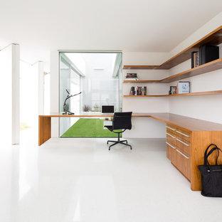 Idee per un ufficio minimalista di medie dimensioni con pareti bianche, scrivania incassata e pavimento bianco