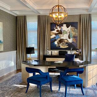 Exemple d'un bureau tendance de taille moyenne avec un mur gris, un sol en bois brun, un bureau indépendant, un sol bleu, un plafond à caissons et du papier peint.
