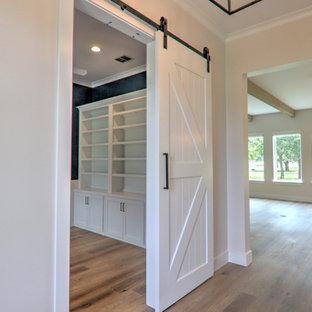 Источник вдохновения для домашнего уюта: рабочее место среднего размера в стиле кантри с синими стенами, полом из винила, отдельно стоящим рабочим столом и коричневым полом без камина