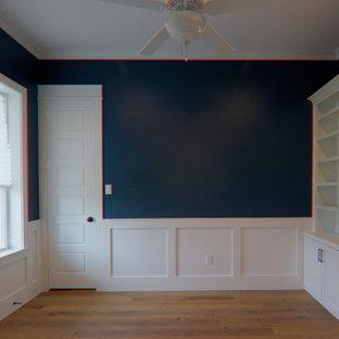 ダラスの中くらいのカントリー風おしゃれな書斎 (青い壁、クッションフロア、自立型机、茶色い床、暖炉なし) の写真