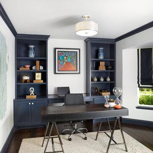 ダラスの中くらいのトランジショナルスタイルのおしゃれな書斎 (白い壁、濃色無垢フローリング、暖炉なし、自立型机、茶色い床) の写真