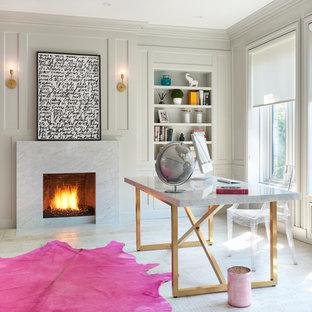 Cette photo montre un grand bureau romantique avec un mur blanc, un sol en bois clair, une cheminée standard, un manteau de cheminée en pierre et un bureau indépendant.